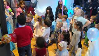 Кирюха повторяет за всеми на детский вечеринке