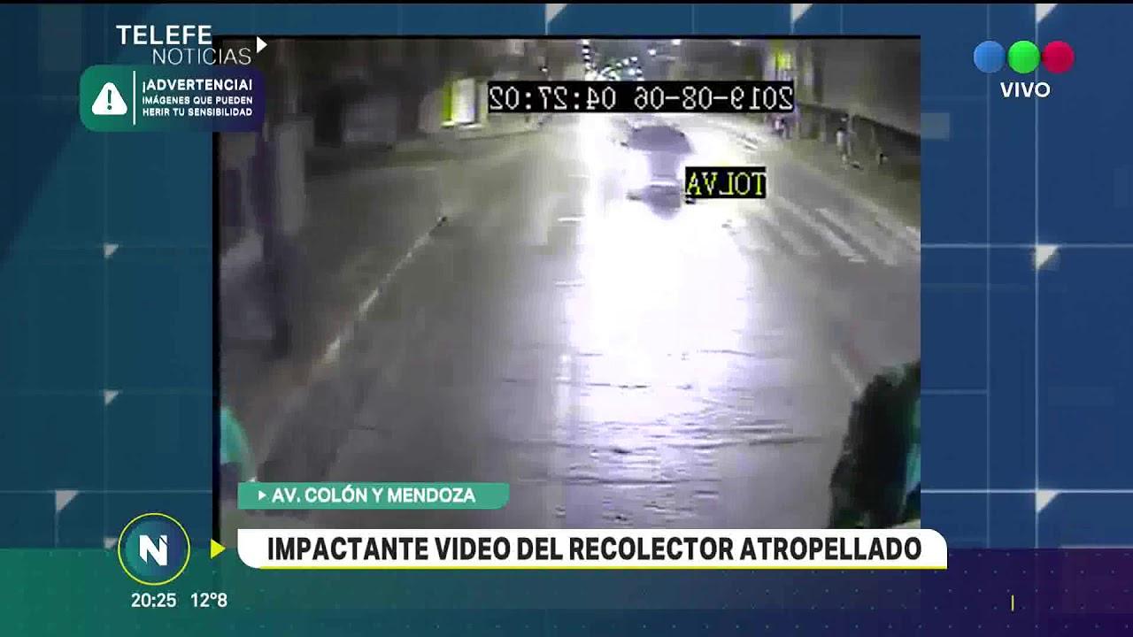 Download Video El terrible momento en el que recolector de residuos es atropellado por un auto