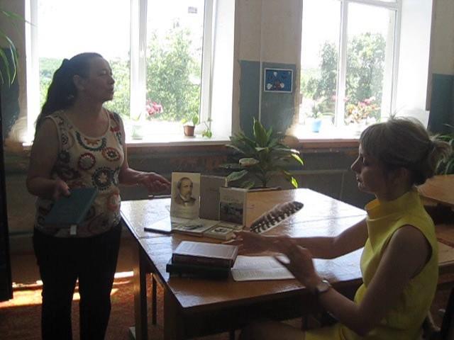 Изображение предпросмотра прочтения – «Сотрудники Соколовской поселенческой библиотеки» читают отрывок изпроизведения «Поэт и гражданин» Н.А.Некрасова