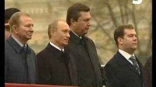 Медведев ест семечки (Путин, Медведев, Янукович жгут)(Наконец-то, благодаря расшифровке звука записанного с помощью тоннельного микрофона, удалось выяснить..., 2008-09-15T17:41:13.000Z)