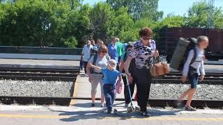 Люди идут с электрички по настилу, на котором погиб человек в Бердске