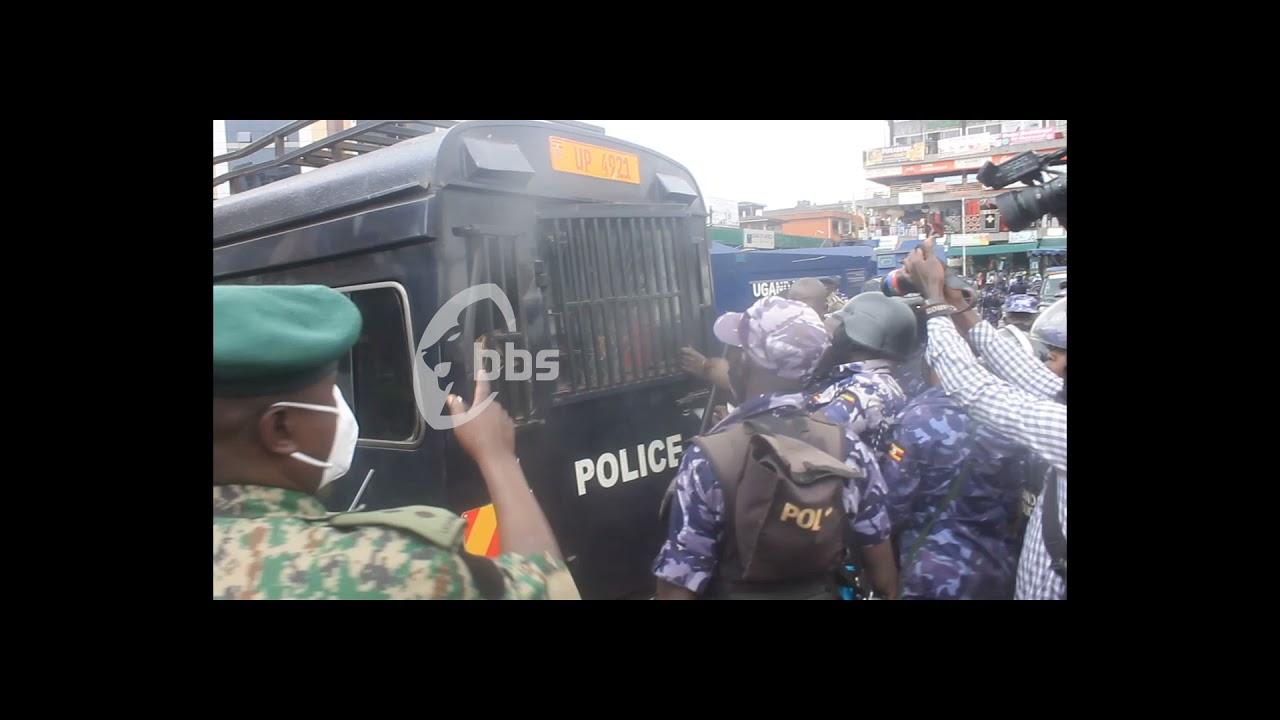 Download Labayo engeri owa Poliisi abadde akwata ba Kkansala mu Ppaaka enkadde bwaguddemu okuva ku mmotoka