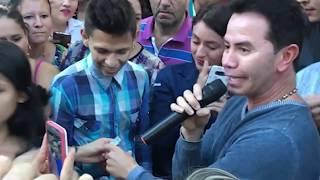 Jhonny Rivera Sorprende a un Admirador en las Calles de Ibague