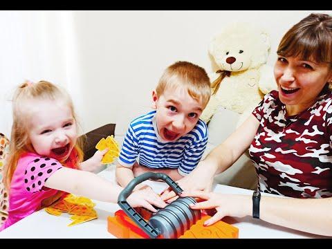 Влог играем всей семьей в игру мышеловка. Чем можно заняться дома с семьей.