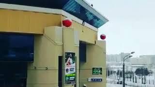 """Мужчина повис на крыше """"Баскет холла"""" в Казани"""