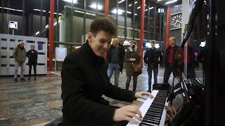 THOMAS KRÜGER – GREAT PIANO MEDLEY OF MOVIE & TV THEMES AT TRAIN STATION