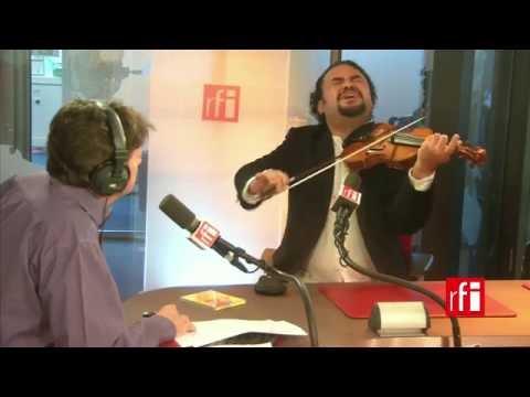 El violinista venezolano Alexis Cárdenas con Jordi Batallé en RFI