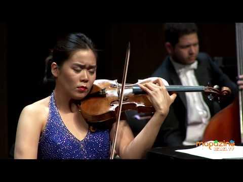 Esther Yoo acompañada por la OFJ