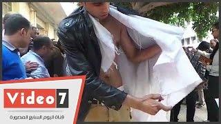 حملة الماجستير يمنعون زميلهم من حرق نفسه..والإسعاف تنقل محتجة مضربة عن الطعام