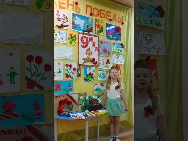 Изображение предпросмотра прочтения – СофияМарина читает произведение «Спасибо всем, кто жизнь отдал» ДмитрияСергеевичаРыбакова