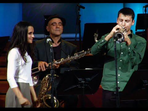 A felicidade JOAN CHAMORRO PRESENTA JOAN MAR SAUQUE & ANDREA MOTIS & JOEL FRAHM