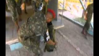 Cão é treinado pelo Exército brasileiro para saltar de paraquedas
