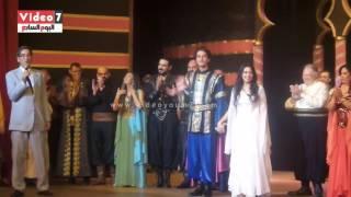 بعد عقد قرانهم .. هبة مجدى ومحمد محسن على خشبة المسرح فى نفس اليوم