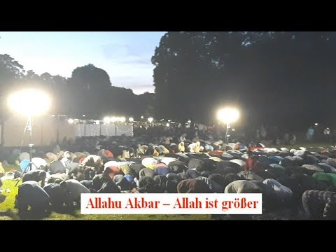 """Moslems beim öffentlichen """"Beten"""" mit Allahu Akbar und Fastenbrechen im Luitpoldpark München"""