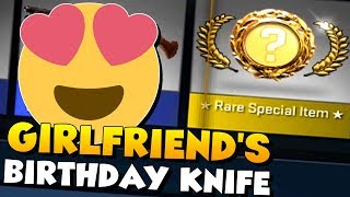 CS:GO - My GIRLFRIEND opens a KNIFE on her BIRTHDAY! :D