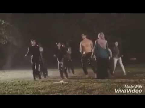 Aliff aziz menari tak pakai baju lagu hindustan bersama dengan artis solehah mira filzah