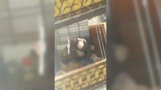 Зэк-убийца рубит голову собаке на балконе. Real video