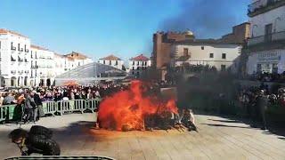 Cáceres arranca su Carnaval con la quema del Pelele en la Plaza Mayor