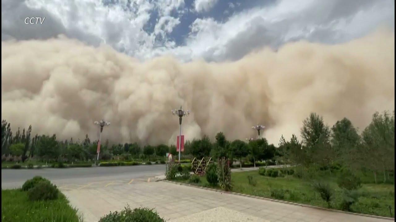 """Una tormenta de arena """"devora"""" ciudad china al borde del desierto de Gobi"""