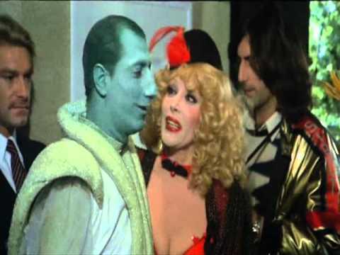 Pippo Franco e Isabella Biagini in una scena del film