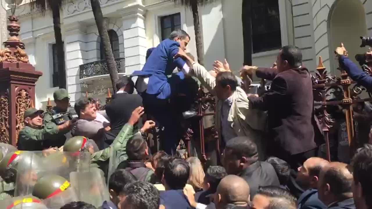 Juan Guaidó intenta entrar en la Asamblea Nacional mientras la policía se lo impide