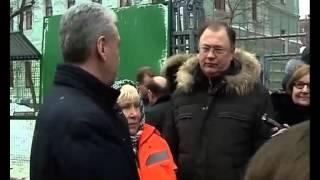 Смотреть видео Мэр Москвы насмешил Рунет беседой с дворниками онлайн