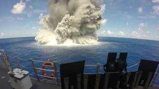 سفينة بحرية تتحدى 15 طناً من المتفجرات .. فيديو