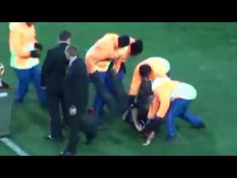 Crazy fan tries to steal World Cup Trophy (Spain vs Netherlands) Fifa WC 2010 final