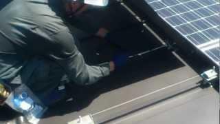 カナディアンソーラーの架台・モジュール施工動画です。架台の金具は、...