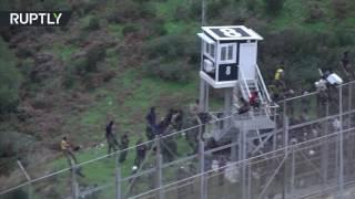 فيديو.. مهاجرون يقتحمون الحدود الإسبانية
