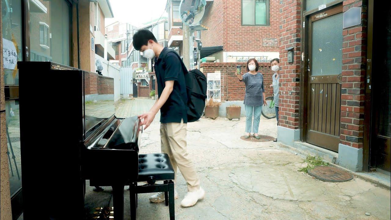 골목에 놓여진 피아노로 갑자기 캐논 즉흥 속주하는 남학생 ㄷㄷ