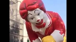 纽约梅西百货感恩节游行大风中举行