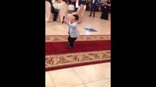 Человек маленького роста очень хорошо поет на свадьбе