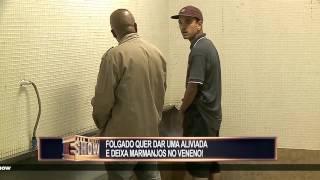 Sujeito tenta usar o banheiro público ocupado e deixa a galera indignada