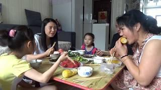 【新红与小新】娘家的早饭真丰盛!老妈负责主食老爸负责菜?全家桌上吃的真香!#新红与小新