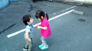弟がお姉ちゃんを捕獲するパターン♪ 二人ではしゃいでると思ったら…(笑)