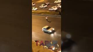 بالفيديو.. شاب يوقف السيارات ليمكّن سيدة من عبور طريق سريع بتبوك