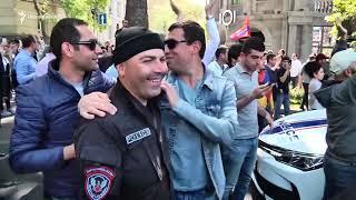 Ցուցարարները գրկախառնվում են զրահատեխնիկա տեղափոխող ոստիկաններին