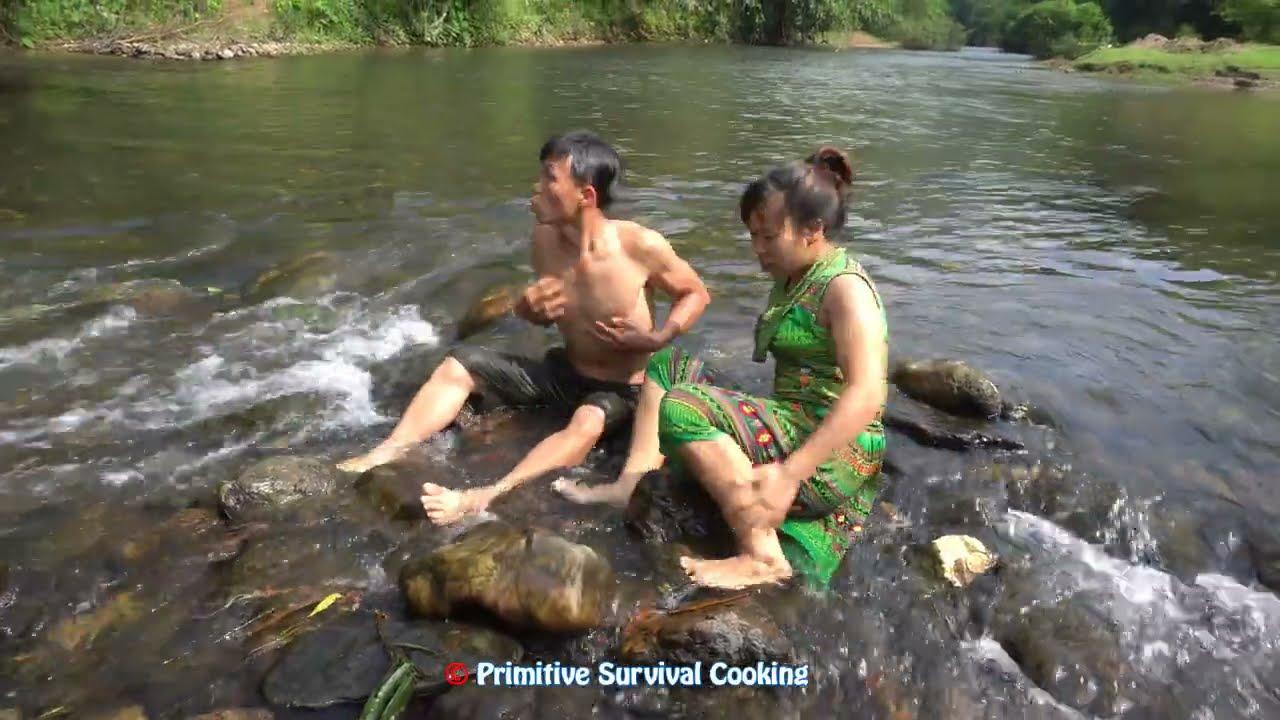 Bushcraft Survival - Primitive Fish Trap By Dig Deep Mud Hole - Couple Catch Fish Unique Survival