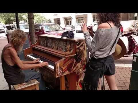 Бездомный подошел к фортепиано… и началось волшебство! - Как поздравить с Днем Рождения