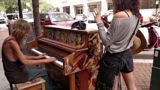 Download Бездомный подошел к фортепиано… и началось волшебство! Mp3 and Videos