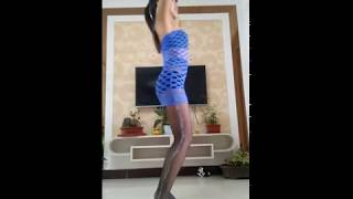Sexy wife dancing in black stockings at home 丽影黑色丝袜慢摇广场舞
