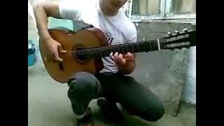 Два парня играют шикарную музыку на гитаре в паре
