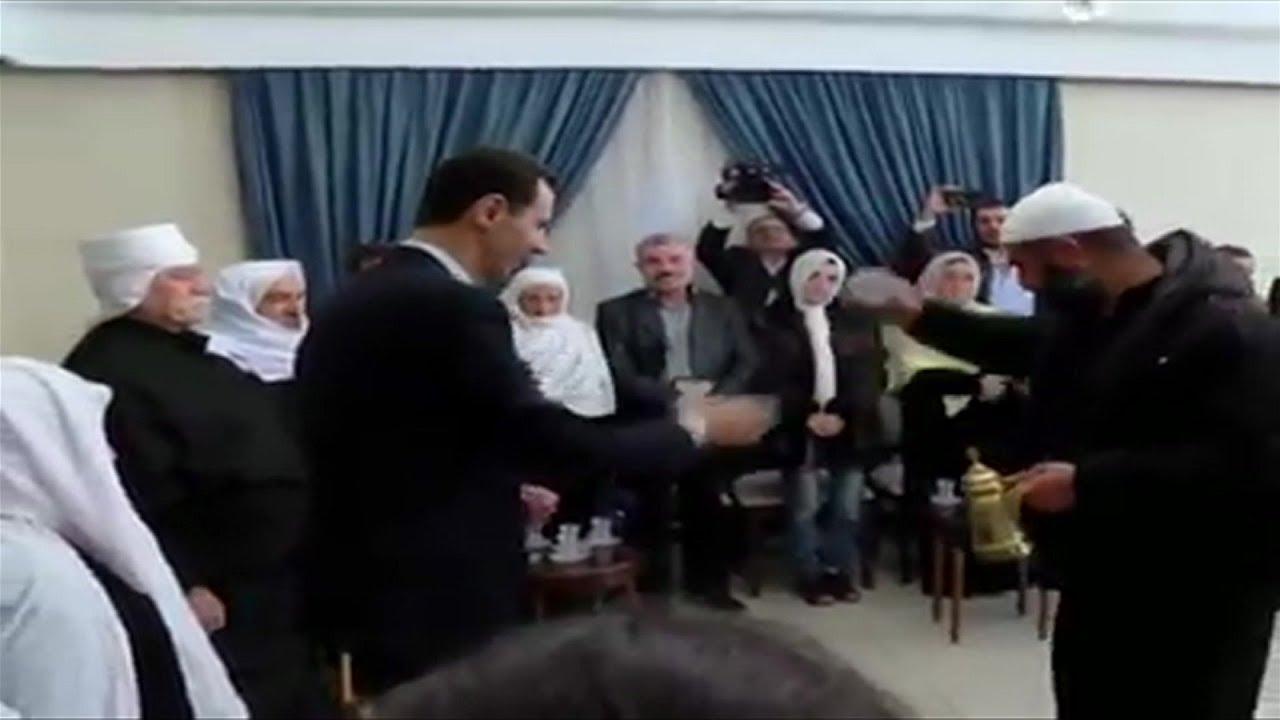 فيديو: يكسرون فنجان قهوة #بشار_الأسد ويغنون له في #السويداء