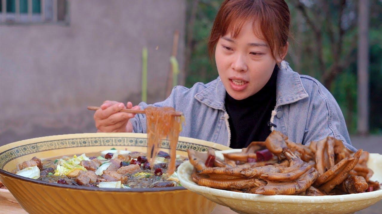 """四川版""""豬肉燉粉條"""",秋妹煮大塊豬肉,配一盤路鴨爪,嗦粉吃肉好安逸! 【顏美食】"""