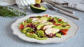 Салат с запеченной курицей авокадо помидорами и зеленью
