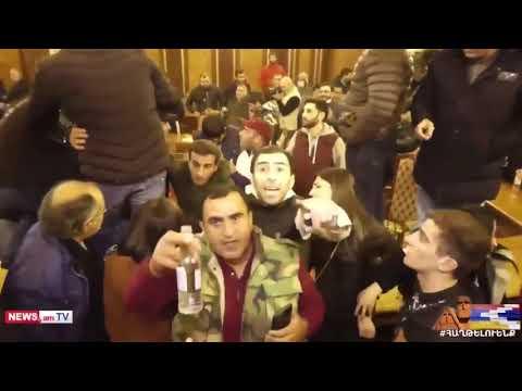В Ереване протестующие заняли парламент Армении