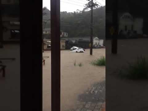 Fortes chuvas em Petrópolis rj agora a tarde!!!o bairro Quitandinha virou um mar irreconhecível