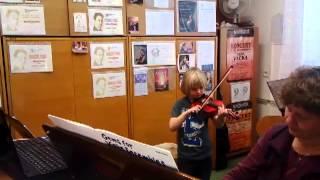 Honzík na hodině houslí