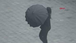 Taksim'de rüzgar şemsiyeleri ters çevirdi